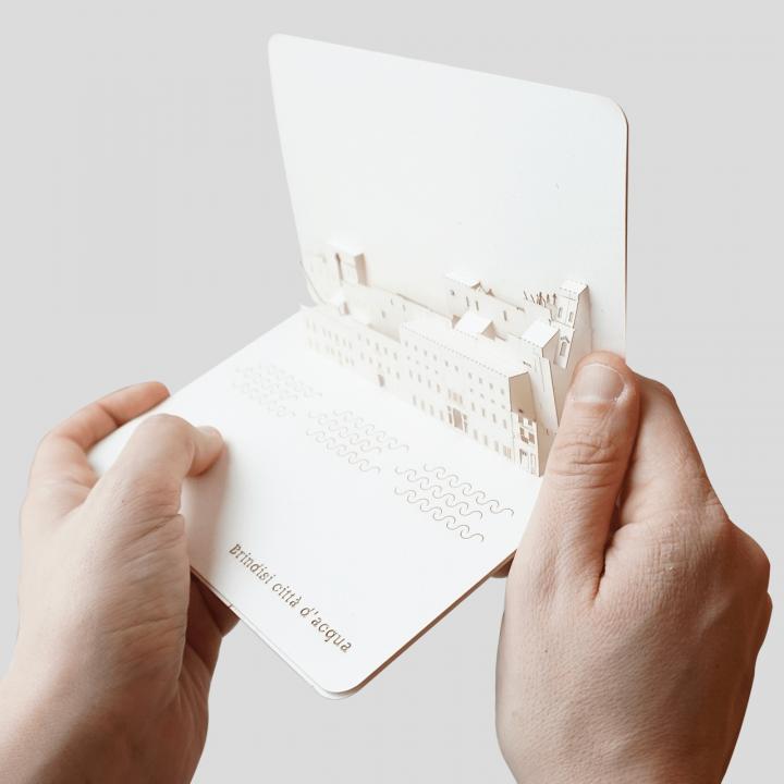 Cartolina a comparsa Skyline della Città di Brindisi - Città d'acqua PxC Edizioni Editoria Made in Puglia