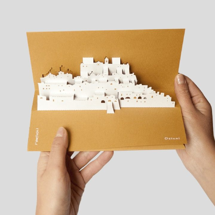 Cartolina a comparsa Skyline di Ostuni PxC Edizioni Editoria Made in Puglia