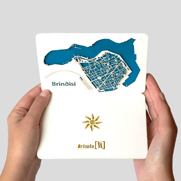 Cartolina a comparsa delle Trame Urbane di Brindisi PxC Edizioni Editoria Made in Puglia